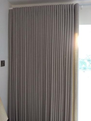 Full width wave curtain open to one side
